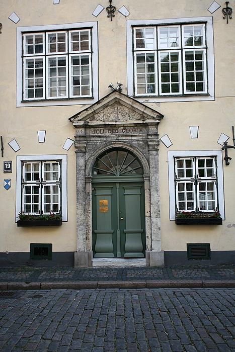 """Cette porte d'entrée est une des portes d'entrée des 3 maisons qui composent les """"3 frères"""". Il s'agit de 3 maisons alignées qui illustrent les différents styles architecturaux qu'on retrouve à Riga"""