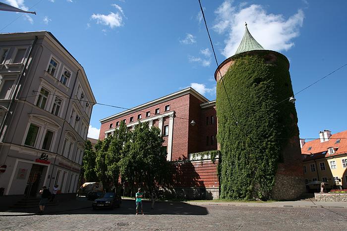 la tour poudrière date du 14ème siècle. C'est la seule rescapée des 18 tours qui ponctuaient l'enceinte de la vielle ville. 9 boulets de canons Russes sont incrustés dans les murs. Elle a servi de magasin de poudre, de prison, de salle de torture et de lieu de réunion pour une confrérie. Aujourd'hui c'est le musée de la guerre.