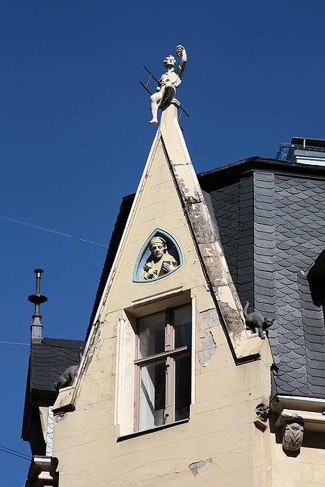 """On a fait le circuit à l'envers (en partant de la vieille ville et en sortant ensuite vers le quartier """"art nouveau"""". Ici des chats, un homme sur le toit..."""