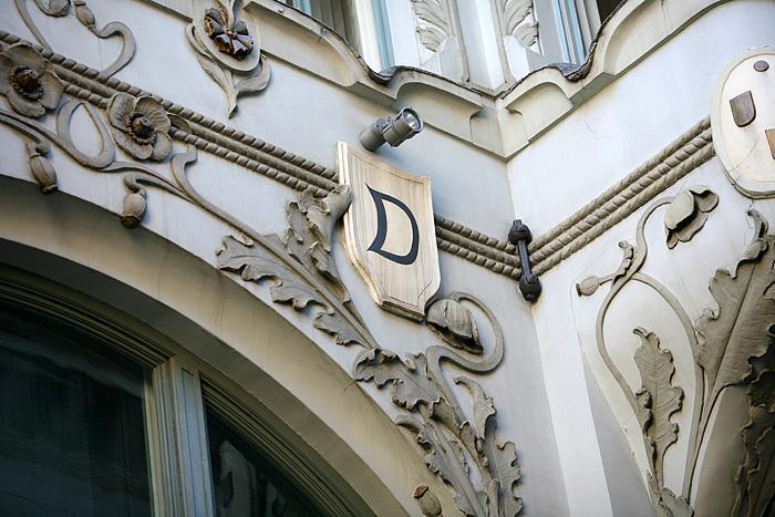 """Ici le propriétaire a fait mettre un """"D"""" à plein d'endroits sur la façade (la première lettre de son nom)"""