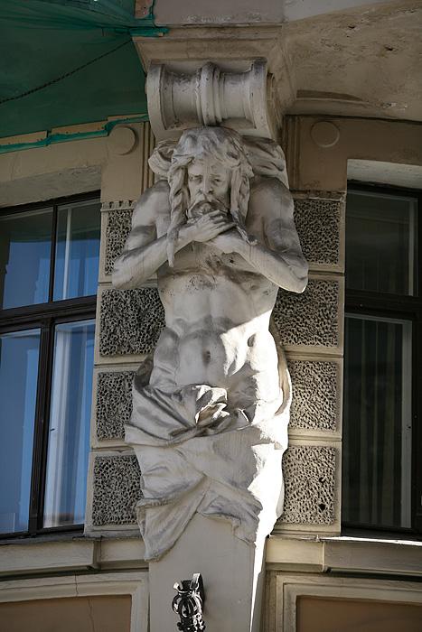 Deux dieux grecs se tiennent le cou en soutenant la terrasse