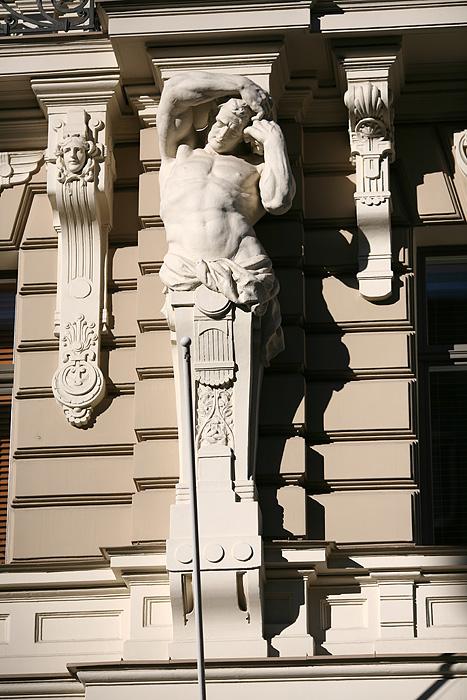 D'autres gars musclés qui soutiennent la terrasse
