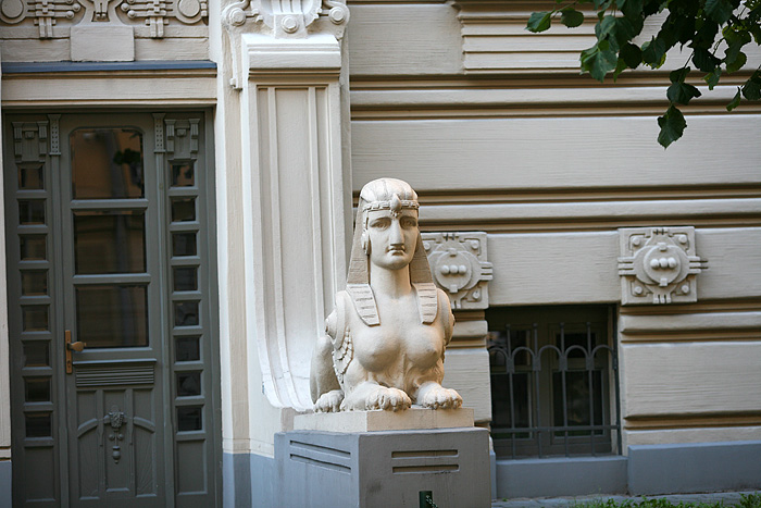 Tout en sobriété, le sphinx à l'entrée de l'immeuble