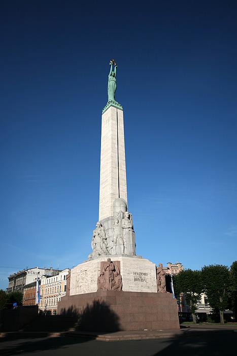 On repasse devant le monument à la liberté