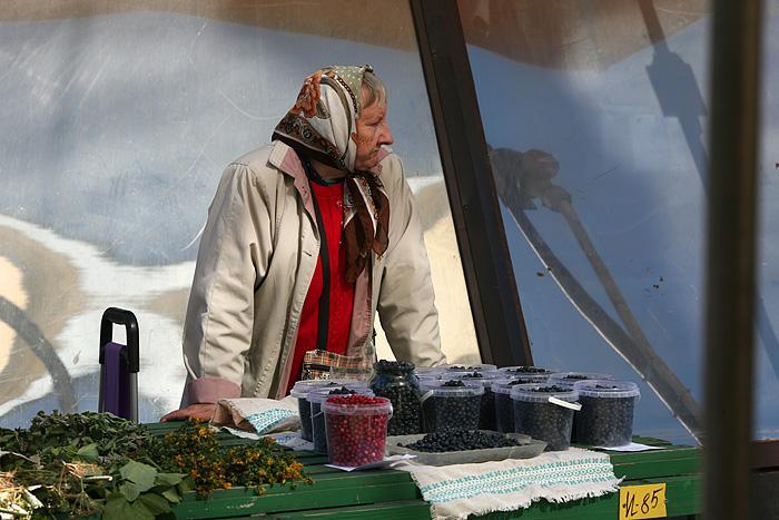 A l'extérieur, il y'a aussi des places pour les petits vendeurs qui vendent le fruit de leur travail ou de leur cueillette...