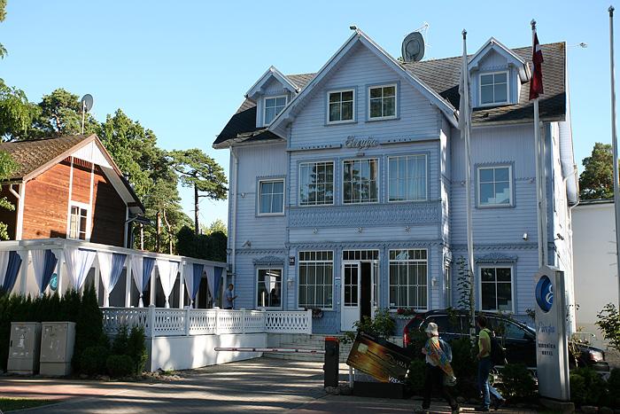 On retourne à la rue piétonne. De belles maisons style art nouveau.