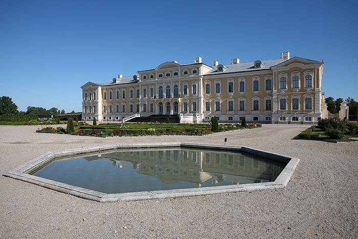Le bassin à l'arrière du château