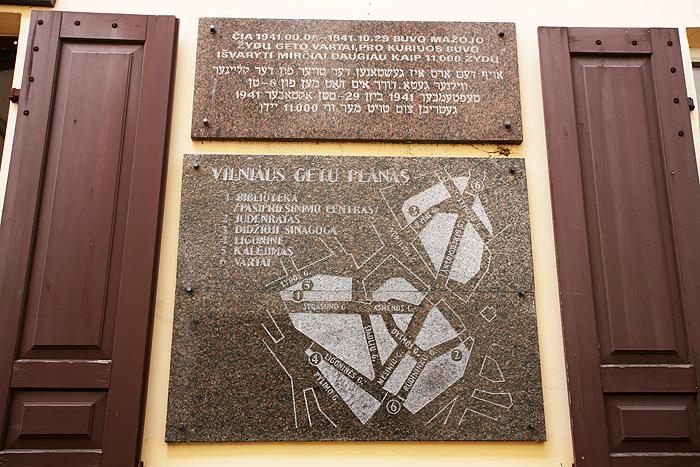 Une plaque indique l'emplacement des deux ghettos