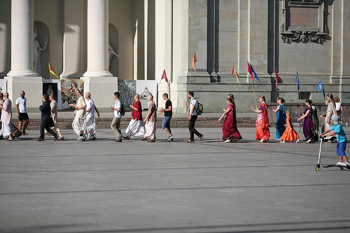 Une drôle de procession devant la cathédrale de Vilnus
