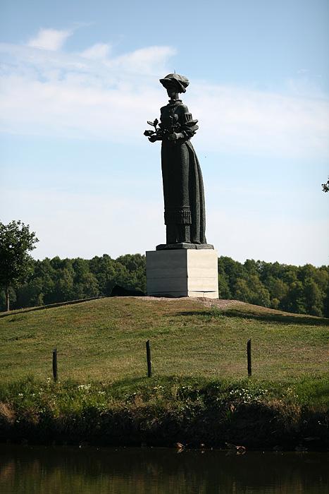 D'entrée on a droit à d'immenses statues soviétiques