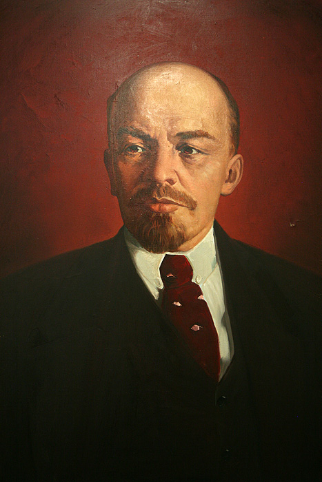 Une petite salle expose des portraits des principaux dirigeants pendant l'époque soviétique