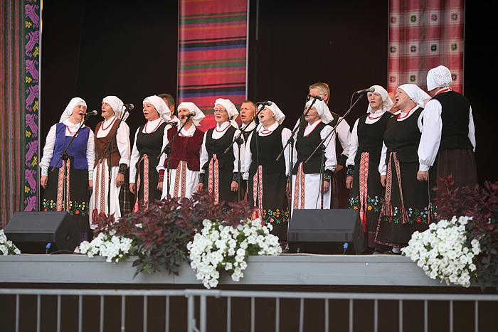 Les groupes folkloriques. Ceux là chantaient carrément faux !!