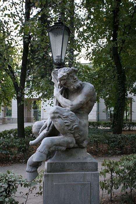 De sympathiques statues sur le pont qui traverse vers la demeure