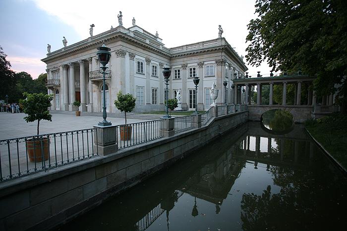 """Il s'agit en fait du """"palais sur l'eau"""" qui était à l'origine un établissement de bains, racheté et transformé par le roi."""