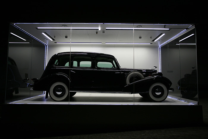 Une vieille Cadillac limousine exposée à l'entrée du parc
