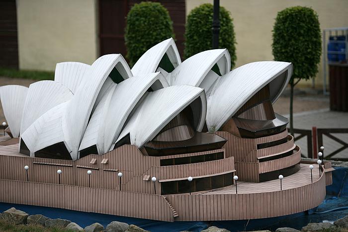 L'opéra de Sydney devant une poubelle géante