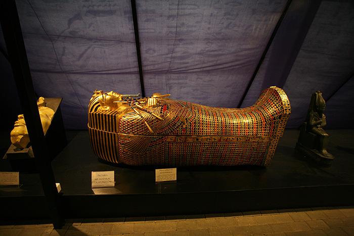 Ainsi qu'un vrai sarcophage en plastique doré