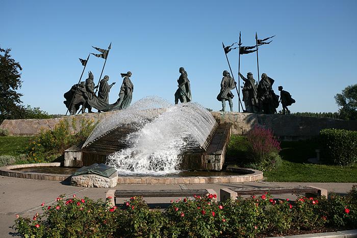 Un jet d'eau avec des sculptures