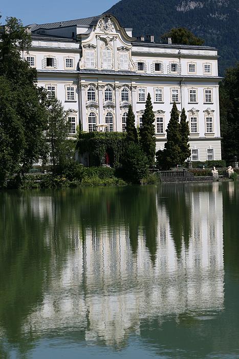Depuis la terrasse du resto où on s'asseoit, on a une belle vue sur l'hôtel Schloss Leopoldskron qui a servi de décor à plusieurs films