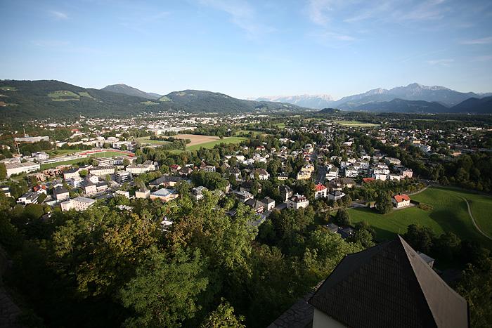 De l'autre côté de la ville, des maisons plus dispersées, et des montagnes au fond