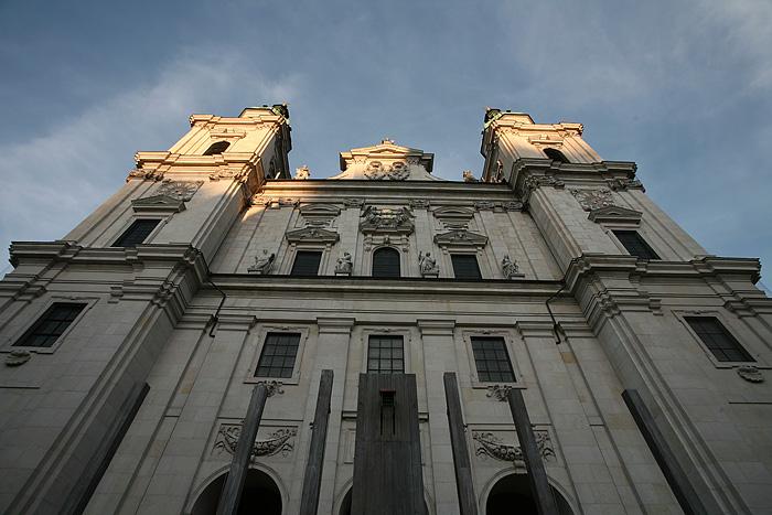La cathédrale vue d'en dessous. Un gars jouait merveilleusement bien du Didjeridoo sur la place devant la cathédrale