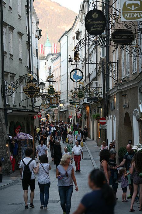 On se balade ensuite dans la rue Getriedegasse, célèbre pour ses nombreuses boutiques et enseignes
