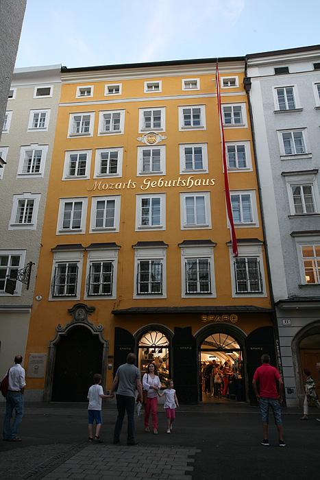 Ainsi que parce qu'un certain Wolfgang Amadeus Mozart y est né.