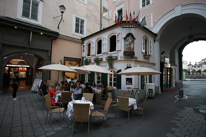 Un minuscule café devant la maison où est né Mozart