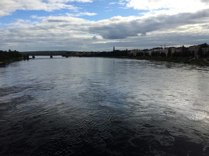 On traverse le pont qui nous relie à la ville