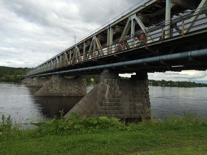 un autre pont (sur celui-ci, il y'a également le train qui passe)