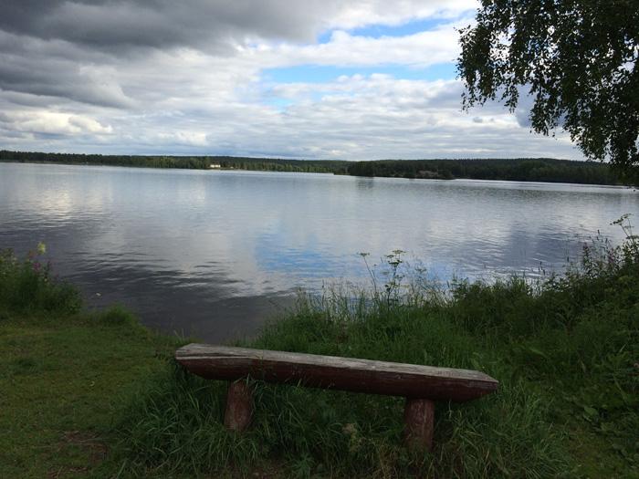 un banc face à la rivière
