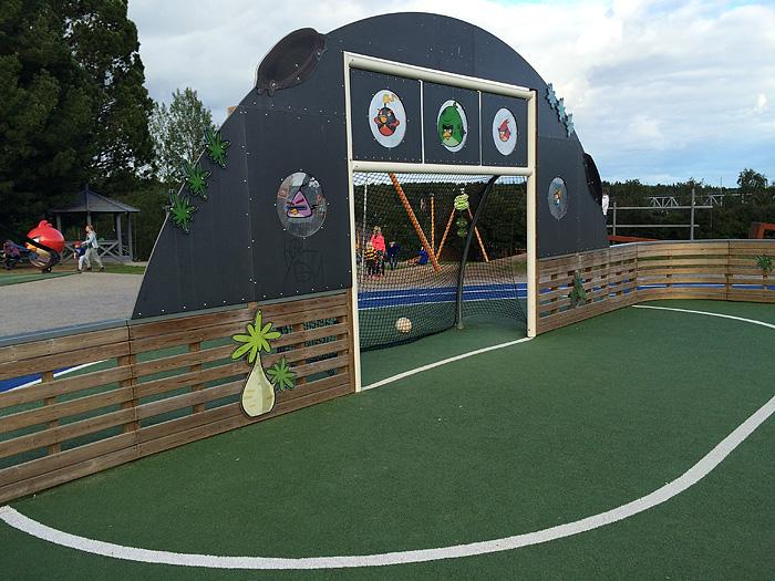 le terrain de foot aux couleurs d'Angry Birds