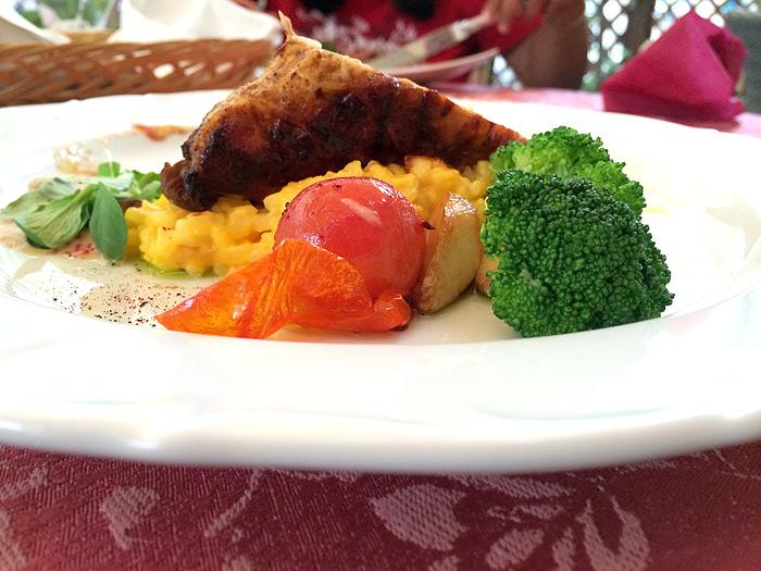C'était super bon : du poulet farçi avec risotto aux raisons, légumes à l'ail...