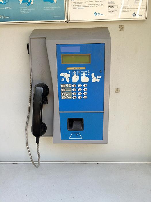 Une cabine téléphonique. ça fait longtemps qu'on n'en avait pas vue...