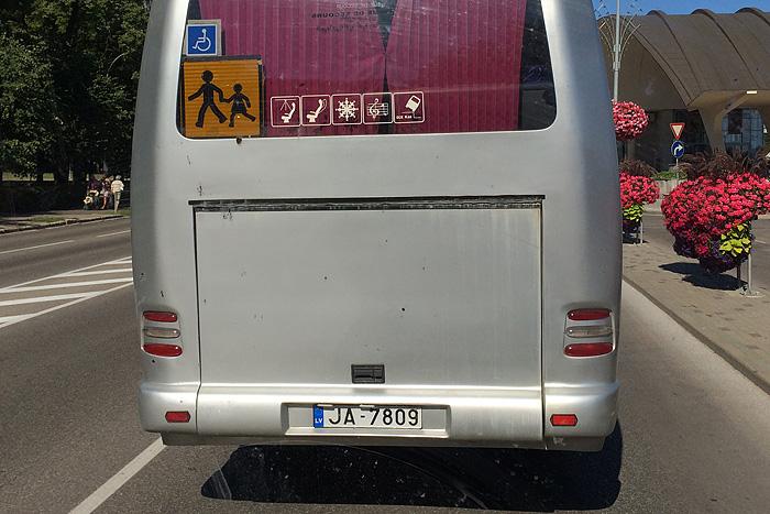 Sur la route on aperçoit ce bus avec de drôles de logos : - Une tablette peut tomber depuis le plafond. Attention, avec les bosses vous risquez de vous la prendre dans la face. - le siège s'incline un peu, mais pas trop - il neige dans ce bus  - On peut avoir une ambiance musicale, mais uniquement quand le bébé aura fini - Si vous ne faites pas gaffe, le bus peut basculer d'un moment à l'autre !
