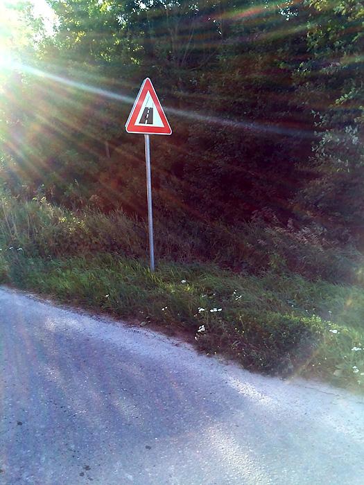 Le panneau qu'on redoute à chaque fois. Fin de la route bitumée et début de la route sans revêtement
