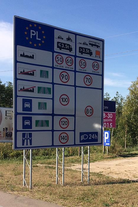 """Puis nous voilà en Pologne. En guise de bienvenue, la DDE locale a jugé bon de mettre un """"petit"""" panneau avec quelques explications sur la conduite ici..."""