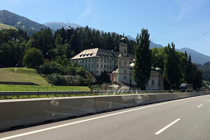 Et puis ces châteaux au bord de la route