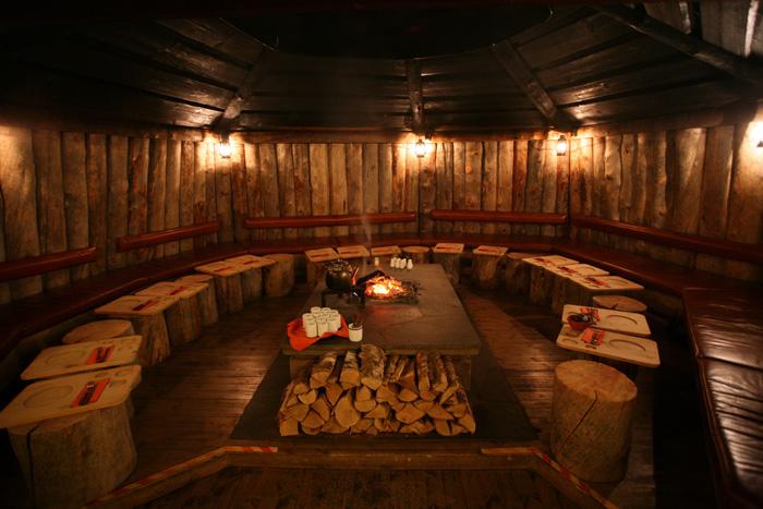 On est rentré dans le restaurant pour voir à quoi ça ressemblait. C'est très cosy, avec une grande table avec un foyer autour duquel on s'asseoit. Mais bonh, la viande de renne, non quoi!