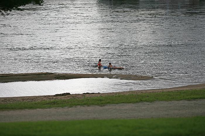 Pendant qu'on fait chauffer les braises, des filles se baignent dans la rivière. Eh les filles, l'air est à 16° (j'ose même pas demander la température de l'eau !!), vous allez mourir!