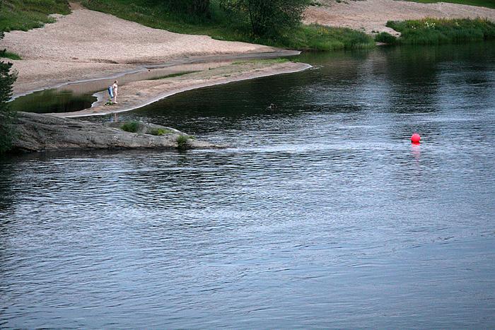 à mon retour au camion, des filles se baignent dans la rivière (Eh oh, non mais ça va pas la tête ? il est bientôt minuit, l'eau doit être à 0°)