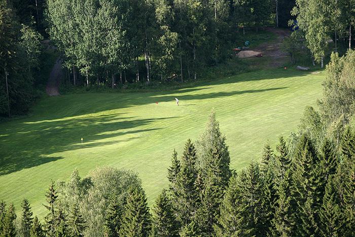 un terrain de golf juste à côté de la tour